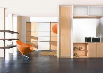 Nyílóajtós és cipőtárolós bükk színű beépített szekrény előszobába