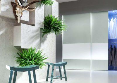 Tolóajtós előszobai beépített szekrény belső világítással