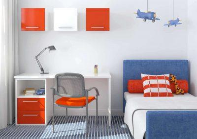 Falra rögzített nyílóajtóval zárt kis szekrények és azonos színű íróasztal a gyerekszobában