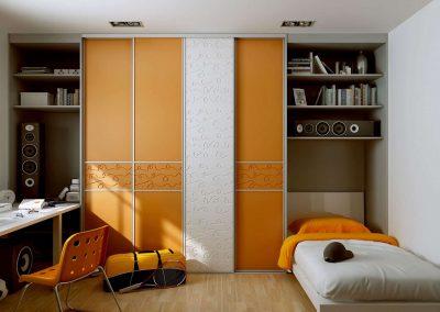Gyerekszoba beépített szekrény egyedi felülettel kialakított tolóajtókkal