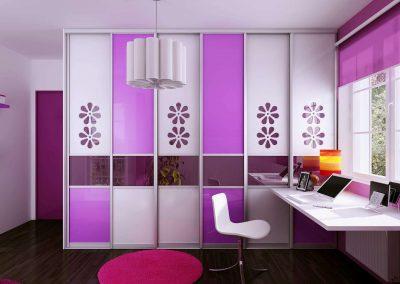 Lila és fehér szín kombinációjával készült gyerekszoba beépített szekrény