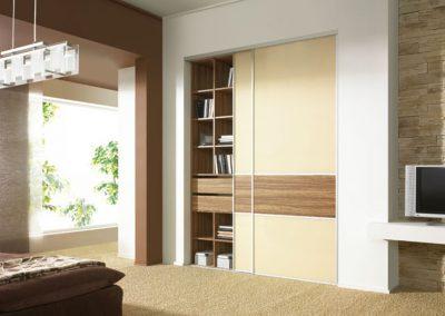 Hálószobai beépített szekrény, krém és világos fa hatású bútorlapos tolóajtóval