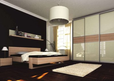 Hálószobai beépített szekrény világos festett üveggel, fa hatású bútorlappal matt ezüst tolóajtó kerettel