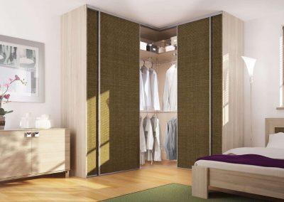 L alakú beépített szekrény egyedi kialakítású ajtóbetéttel