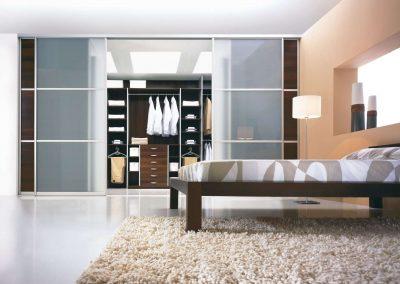 Hálószoba és gardróbszoba közötti térelválasztó tolóajtó rendszer savmart üveggel