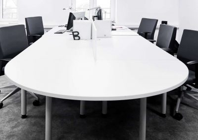 Nagyméretű irodai tárgyalóasztal