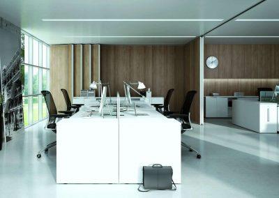 Fehér színű tolóajtós beépített szekrény és íróasztal az irodában