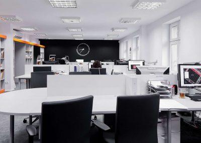Tolóajtós irodai beépített szekrény és íróasztalok