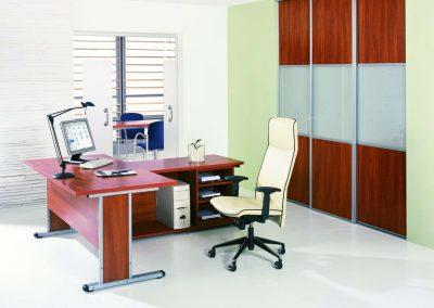 Bútorlapos és savmart üveges tolóajtós irodai beépített szekrény