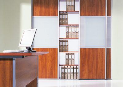Irodai beépített szekrény bútorlappal és savmart üveggel