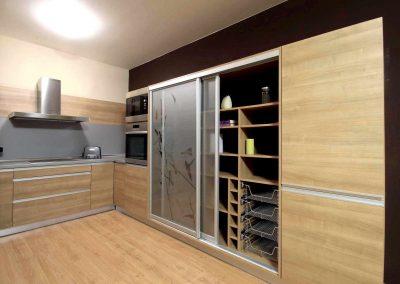 Nyílóajtós, fiókos, tolóajtós beépített szekrény konyhába