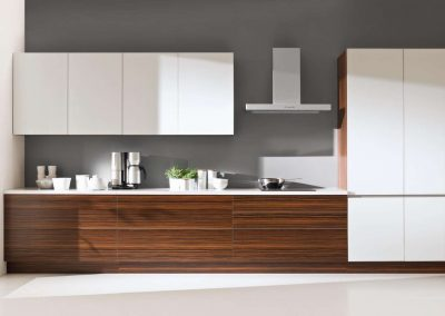 Fehér és fa hatású bútorlapból készült konyhai beépített szekrény