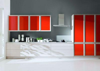 Piros és fehér színű bútorlapból készült nyílóajtós beépített szekrény konyhába