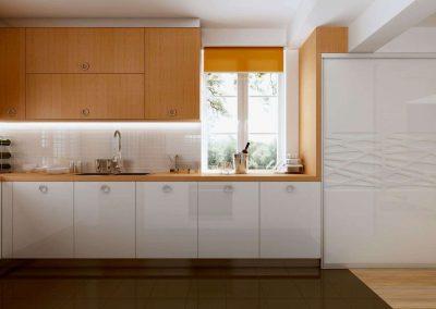 Magasfényű fehér és bükk bútorlapból készült konyhai beépített szekrény