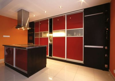 Piros festett és savmart üvegből készült tolóajtós beépített szekrény konyhába