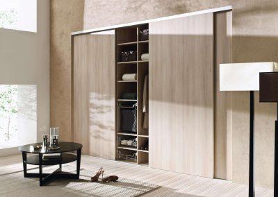Nappali beépített szekrény tolóajtóval fa hatású bútorlappal