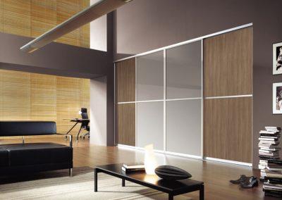 Nappali beépített szekrény festett üveggel és bútorlappal