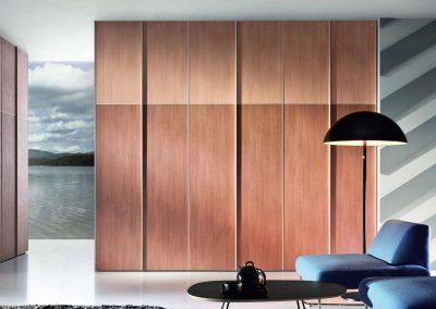 Nagy méretű tolóajtós beépített szekrény nappaliban