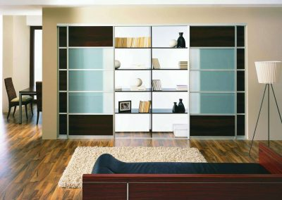 Négy tolóajtós beépített szekrény nappaliban