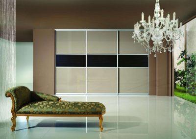 Fekete és bézs színű festett üveggel készített nappali gardróbszekrény