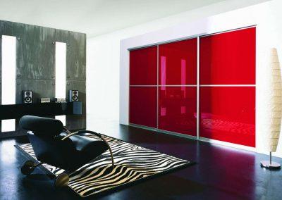 Nappali beépített szekrény piros festett üveggel
