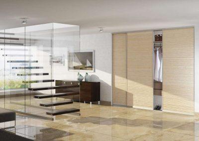 Vízszintes szálirányú bútorlappal készült nappali beépített szekrény
