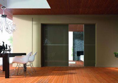 Sötét színű festett üveggel készített térelválasztó hálószoba és nappali között