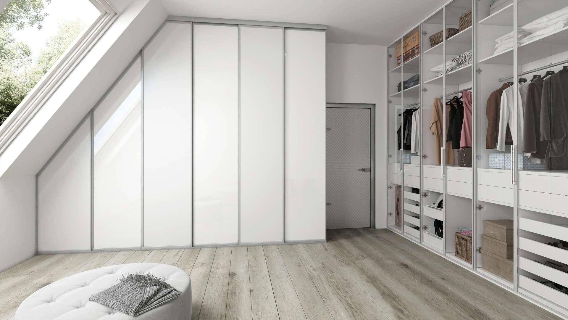 Hófehér tolóajtós és üveg nyílóajtós tetőtéri beépített szekrények