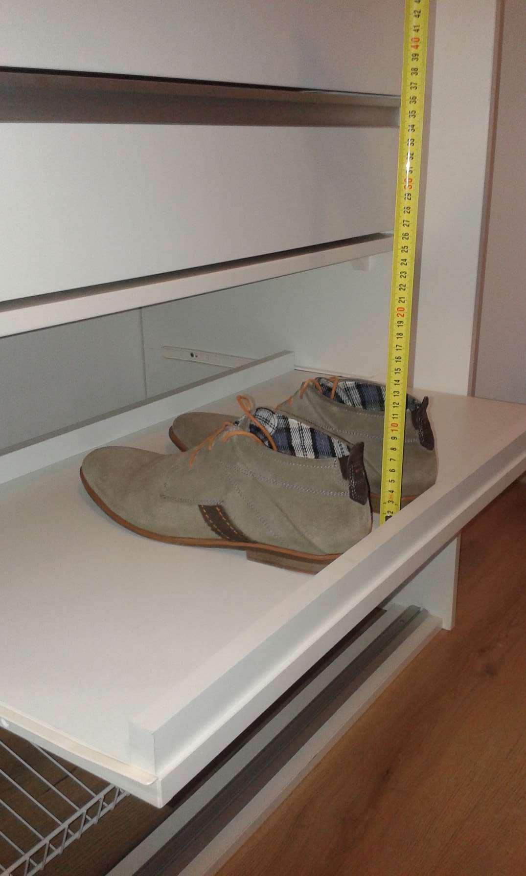 Kihúzható polcos cipőtároló a szekrényben