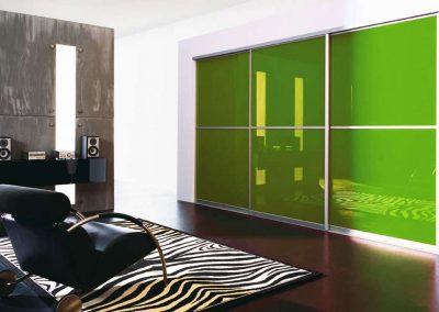 Zöld színű festett üveges térelválasztó tolóajtó