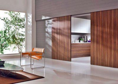 Cseresznye bútorlapos térelválasztó tolóajtó a konyha és a nappalai között