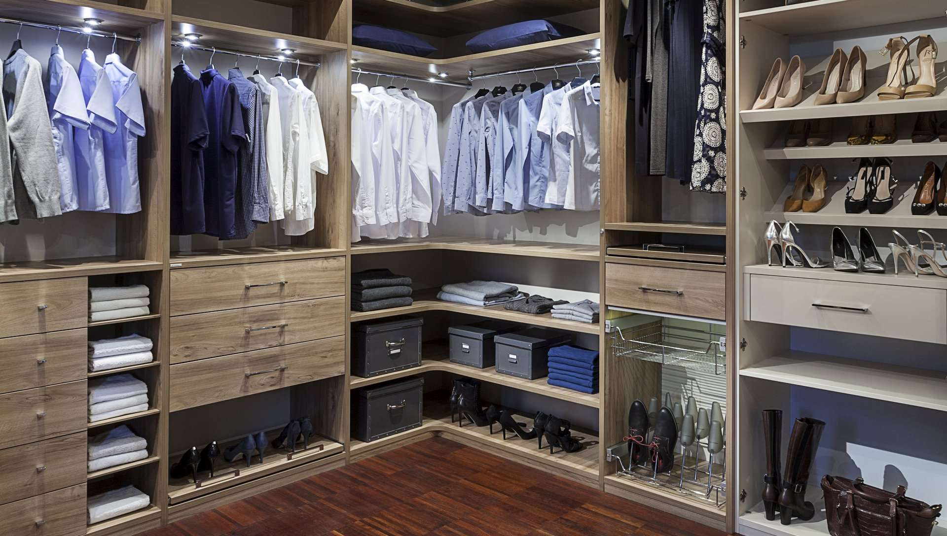 Gardróbszoba L alakú beépített szekrénnyel, világítással, cipőtárolóval, fiókokkal és polcokkal