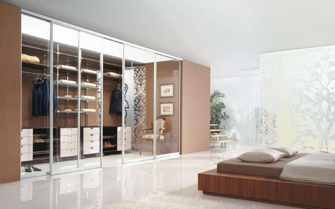 [BEMUTATÓ] – Víztiszta és festett üvegajtós gardróbszoba