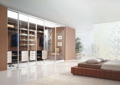 Gardróbszoba üveg térelválasztó ajtóval és belső kiegészítőkkel