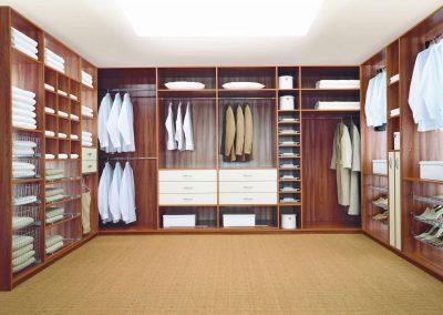 U alakú gardróbszoba, cipőtartóval, kosárral, polcokkal, akasztókkal és fiókokkal